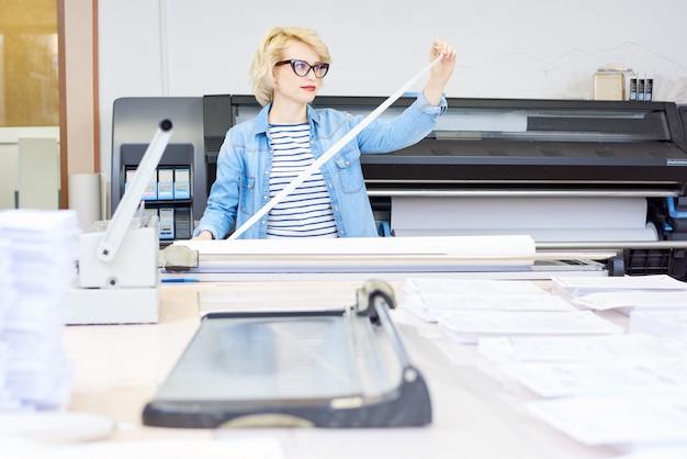 Donna che lavora in tipografia
