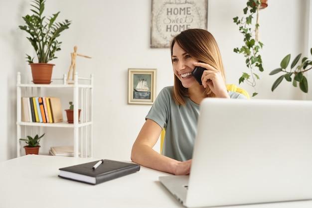 La donna lavora in un accogliente ufficio a casa