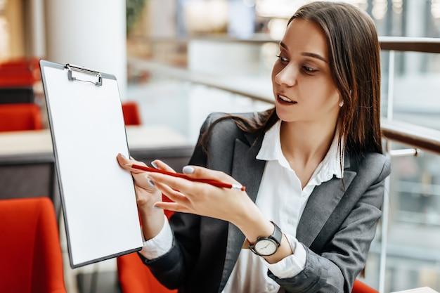 La donna lavora su un laptop sul posto di lavoro