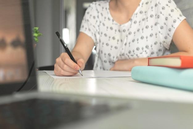 Donna che scrive e cerca internet sul computer portatile. e-learning e concetto di studio online. foto di sfondo della gestione e dell'istruzione
