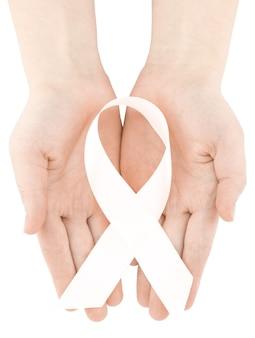 Le mani della donna che tengono il nastro bianco.