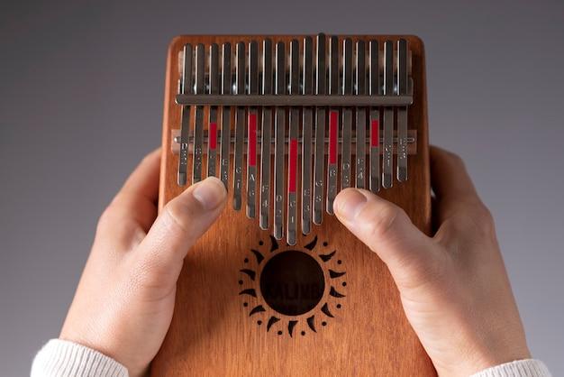 Mani della donna che giocano il kalimba