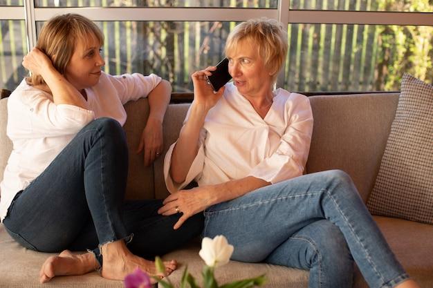 Le donne di 55 anni si divertono, manca il loro terzo amico con cui parlano al telefono