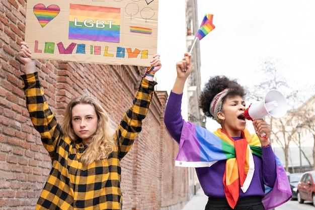Attiviste che lottano per i diritti delle donne e le relazioni lgbt