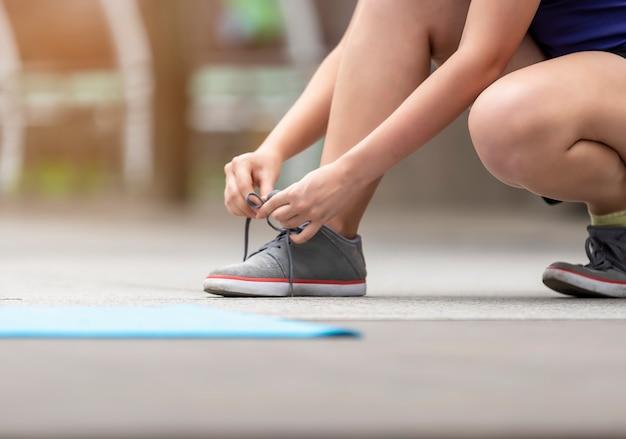 Le donne stanno preparando attrezzature per il fitness concetto di fitness sano. questa immagine è messa a fuoco morbida.