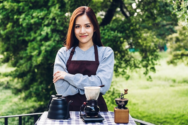 Barista delle donne che produce caffè americano nel parco