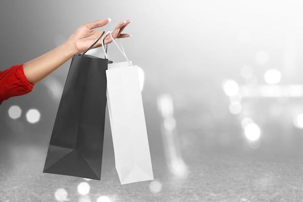 Donne che trasportano una borsa della spesa
