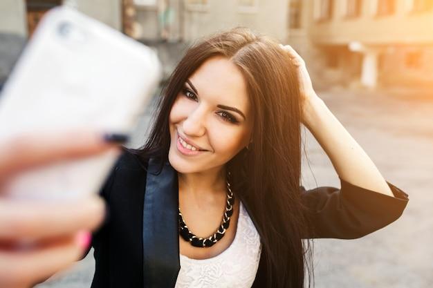Donne abbigliamento donna in piedi selfie
