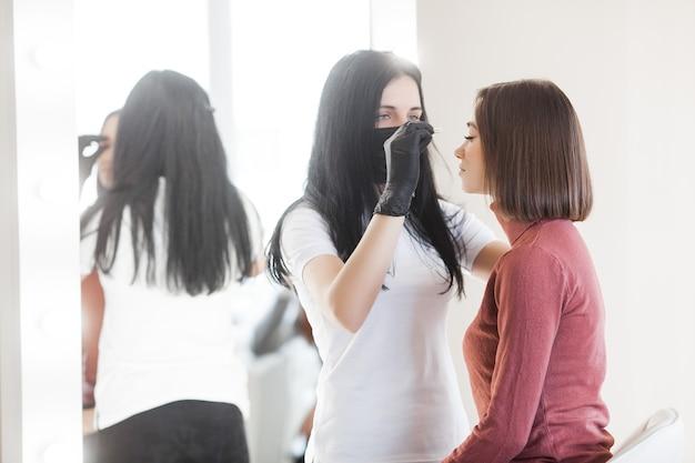 Donne in un salone di bellezza che fa il trattamento