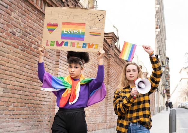 Donne che manifestano nel giorno del gay pride