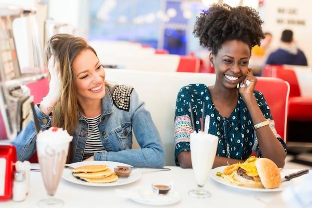 Le donne nella tavola calda