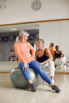 Donne che fanno yoga. stile di vita sportivo. corpo tonico Foto Premium