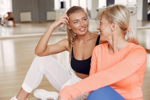 Donne che fanno yoga. stile di vita sportivo. corpo tonico