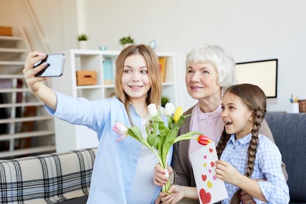 Donne in famiglia che prendono selfie