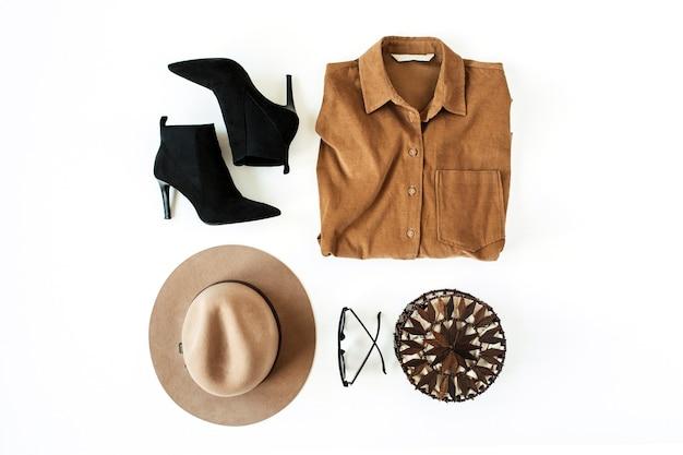 Vestiti e accessori di moda delle donne sulla superficie bianca