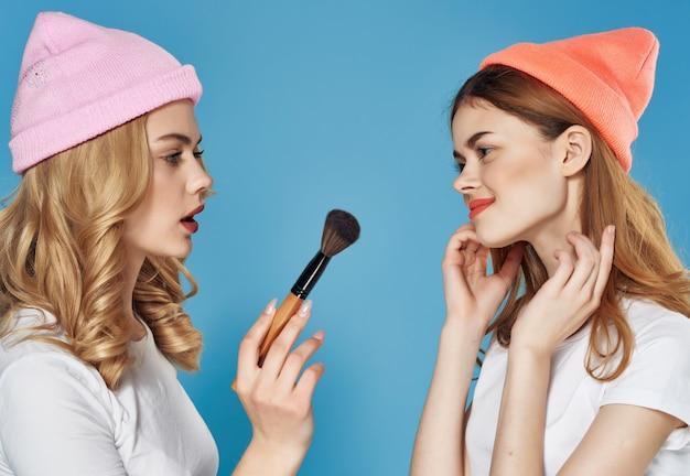 Donne in vestiti di moda cosmetici amicizia divertimento