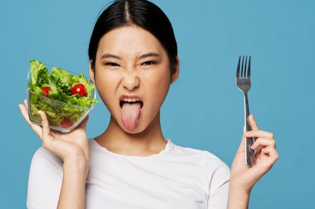 Le donne fecero una smorfia disgusto dieta calorica piatto di insalata