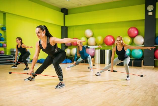 Gruppo di donne che esercitano sulla formazione fitness
