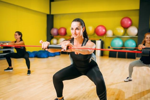 Gruppo di donne su allenamento fitness, aerobico