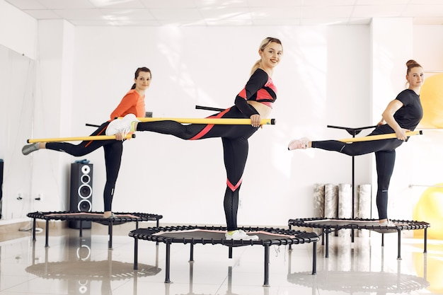 Gruppo di donne sul trampolino sportivo. allenamento di forma fisica.