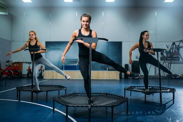 Gruppo di donne sul trampolino sportivo, allenamento fitness