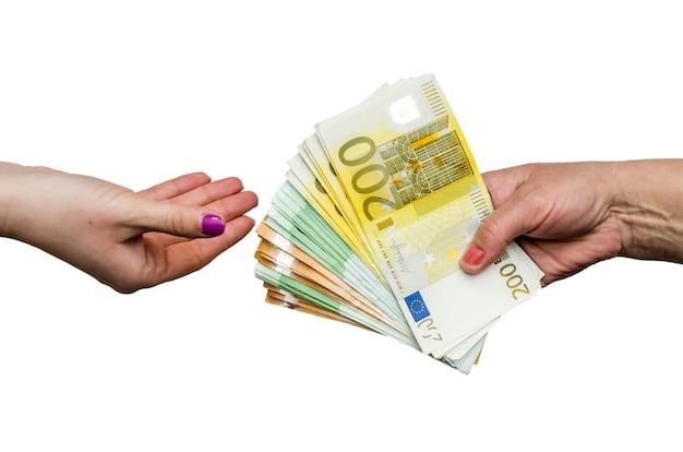Mani delle donne che prendono e danno le banconote in euro