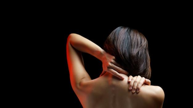 Le donne hanno dolore al collo, dolore alla spalla, concetto di salute.