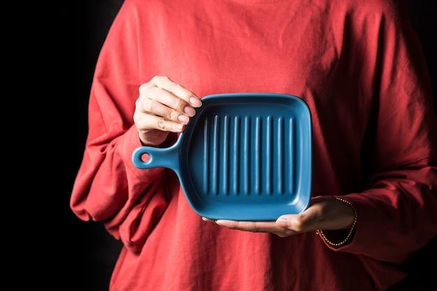 Le donne tengono i piatti nelle loro mani.