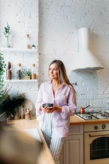 Donne in cucina addobbate per natale e capodanno, bevendo tè o cacao, conversando, aspettando ospiti, bellezza