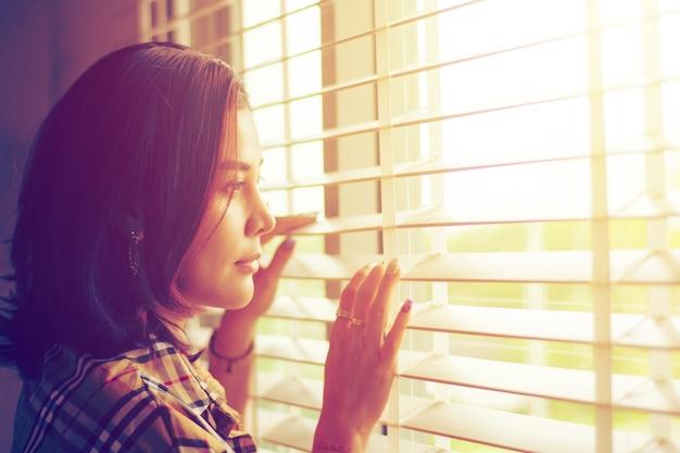 Donne che guardano fuori dalle finestre