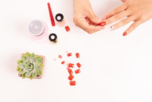 Le donne manicure e attacca la forma delle unghie con il gel concetto di moda e bellezza