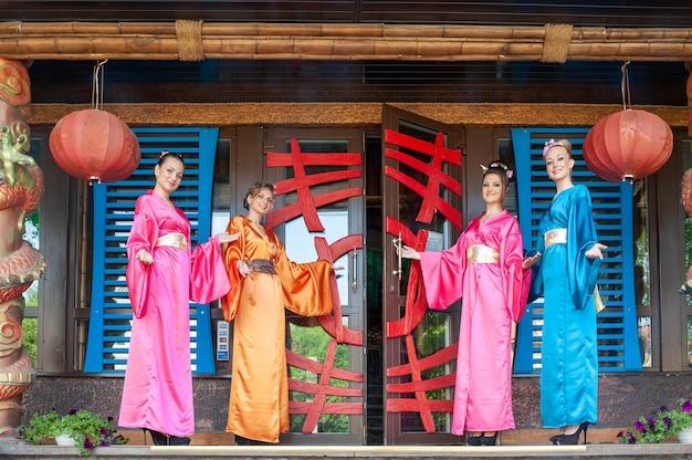 Donne vicino al ristorante cinese