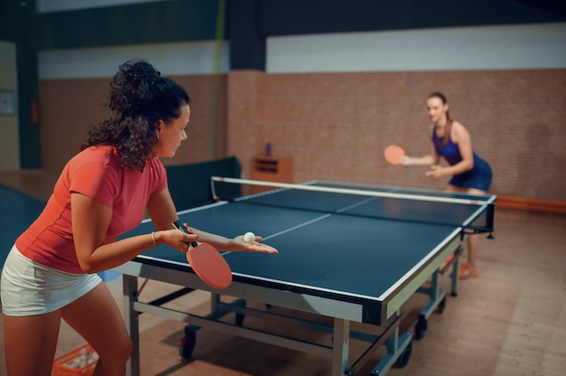 Le donne giocano a ping pong, giocatori di ping-pong