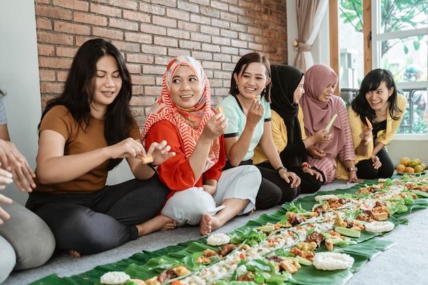 Donne che si preparano per la cena con gli amici a casa