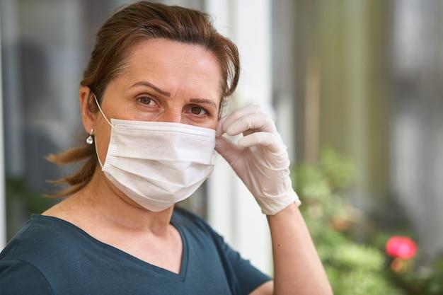 Le donne indossano la maschera respiratoria. la donna del medico mette su maschera
