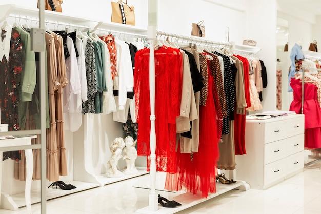 Interno del negozio di abbigliamento femminile. moda e shopping.
