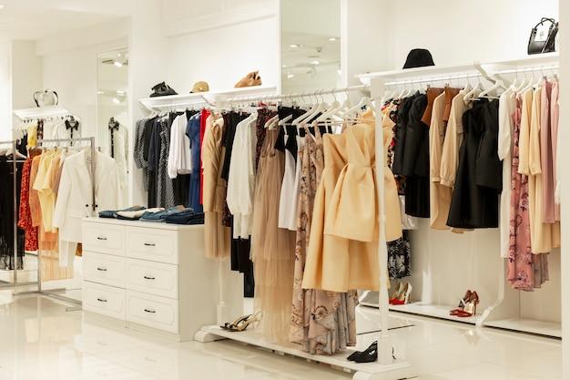 Interno del negozio di abbigliamento femminile. ampia selezione di abiti alla moda.