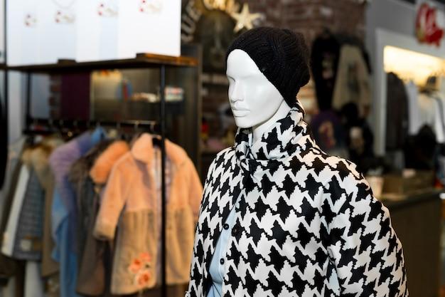 Cappotto da donna su manichino. cappotto autunnale. sartoria individuale