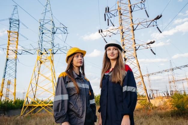 Il collettivo femminile di lavoratori del settore energetico conduce un'ispezione delle apparecchiature e delle linee elettriche