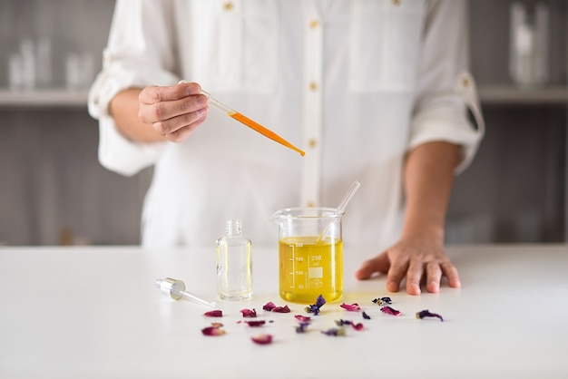 Mani delle donne in laboratorio che fanno il siero