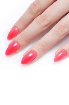 Manicure da donna. smalto color corallo rosso.