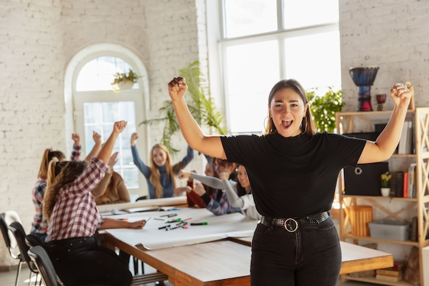 Diritti e uguaglianza delle donne in ufficio. donne d'affari caucasiche o giovane modello fiducioso che celebra di fronte a colleghi che si incontrano su problemi sul posto di lavoro, pressione maschile e molestie.