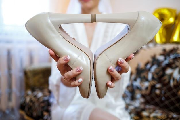 Scarpe da donna il giorno del matrimonio per la sposa