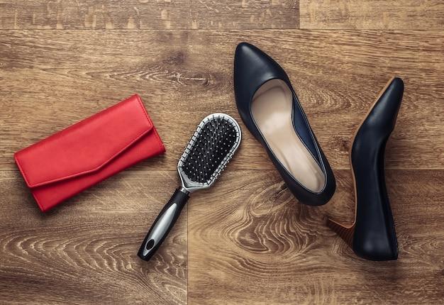 Accessori alla moda da donna sul pavimento. fashionista. vista dall'alto. lay piatto