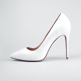 Scarpe delle donne su fondo bianco