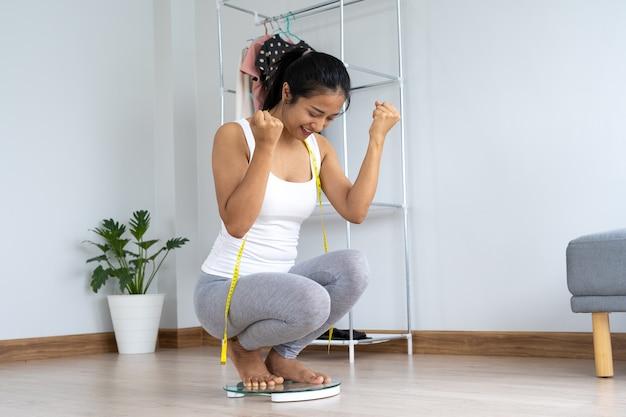 Le donne mostrano estasi dopo aver pesato e ricevuto i risultati desiderati.
