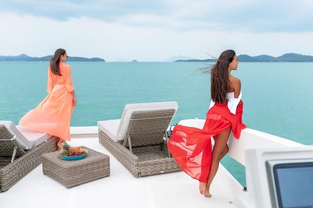 Le donne si siede sul ponte di uno yacht