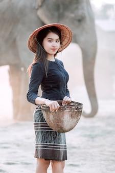 Donne in abiti tradizionali preparazione attrezzi da pesca per andare a pescare sul fiume.