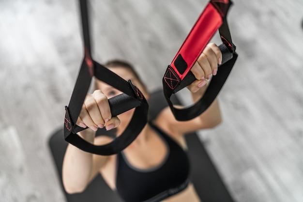 Donne che allenano le braccia nel centro di attività