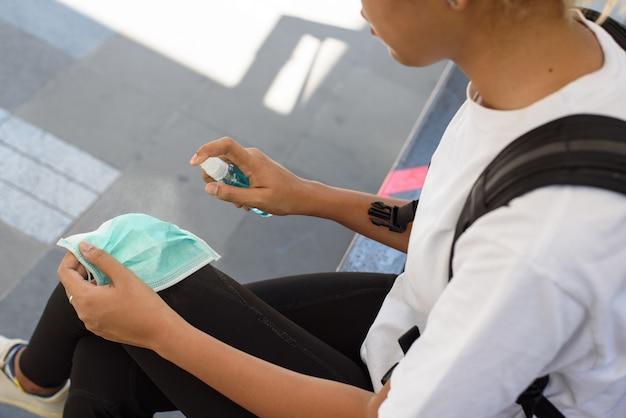 Le donne usano spray alcol etilico. per pulire mani, idee e concept per il coronavirus covid-19